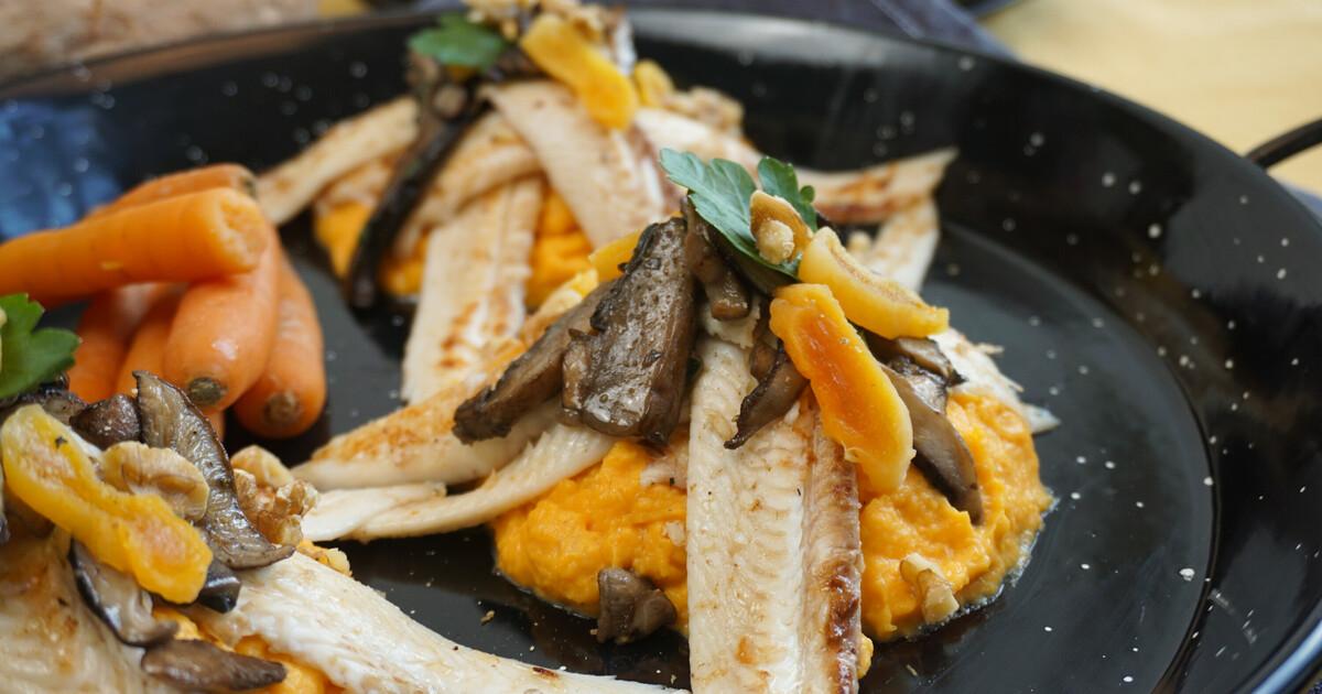 Tong met paddenstoelen, abrikoos en pompoen